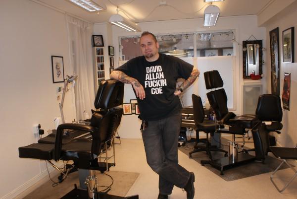 POPULÆR KROPPSKUNST: Stadig flere tar plass i stolen til tatovør Tomas Brudvik i disse dager. Foto: Elin B. Øvrebø