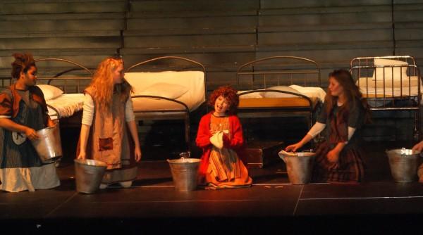 """HJEM """"KJÆRE"""" HJEM: Annie vasker gulvet og tar en trall sammen med resten av jentene på barnehjemmet. Foto: Elin B. Øvrebø."""