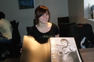 DET FØRSTE PORTRETTET: Vokalisten i Kaizers Orchestra, Jaove Ottesen, var den første Marielle Røyseth laget portrett av. Da var hun 16 år gammel. Foto: Elin B. Øvrebø