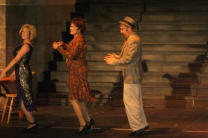 SKURKENE: Ms. Hannigan, broren Rooster og kjæresten hans er ute etter Annie. Før den tid tar de seg en dans. Foto: Elin B. Øvrebø.