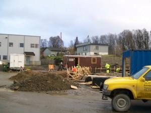 Nytt verksted: Rett ved nybygget fortsetter byggeaktiviteten.