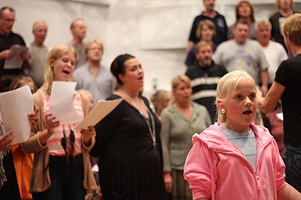St. Laurentiuskoret øver før forestillingen i september