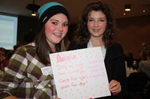 Celine (14) og Sofie (13) er storfornøyde med å få lov til å prøve seg som gründere for en dag. Her på gründercamp i Næringslivets Hus.