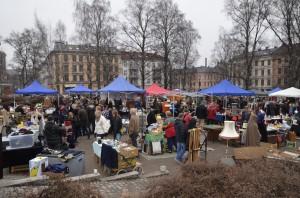 Hver søndag er det fullt av loppeglade mennesker i Birkelunden. (FOTO: Fanny Ofstad)