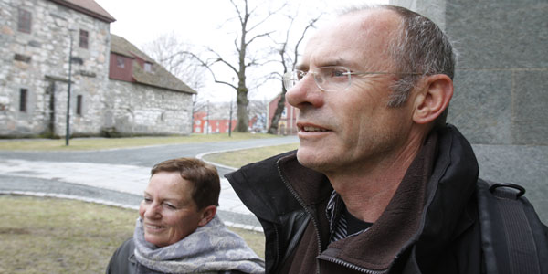 I VÅRREGNET: Wil og Jan Rensen står å nyter det våte trønderværet utenfor Nidarosdommen