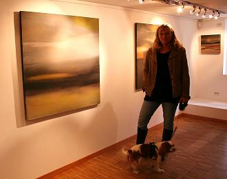"""Kunstner Tove Weie foran noen av bildene sine på Galleri SG ved utstillingen """"Nært - fjernt"""""""