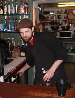 OPTIMIST: Bartender Karsten Toorrenc ved Rabarbra pub og kaffebar ser positivt på tilværelsen til tross for dårlig maivær.