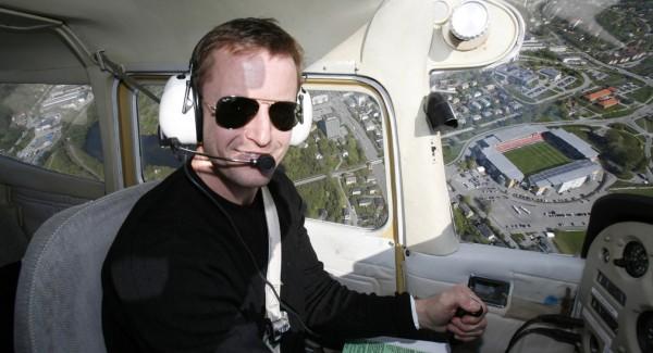 Harald Martin Brattbakk sitter på sin nye arbeidsplass mens han flyr over sin gamle.