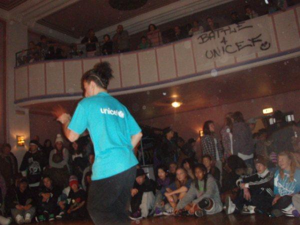 Navid varmer opp publikum før konkurransen